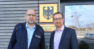 Andreas Winhart, MdL und Polizeidirektor Edgar Dommermuth vor der Bundespolizeiinspektion in Freilassing